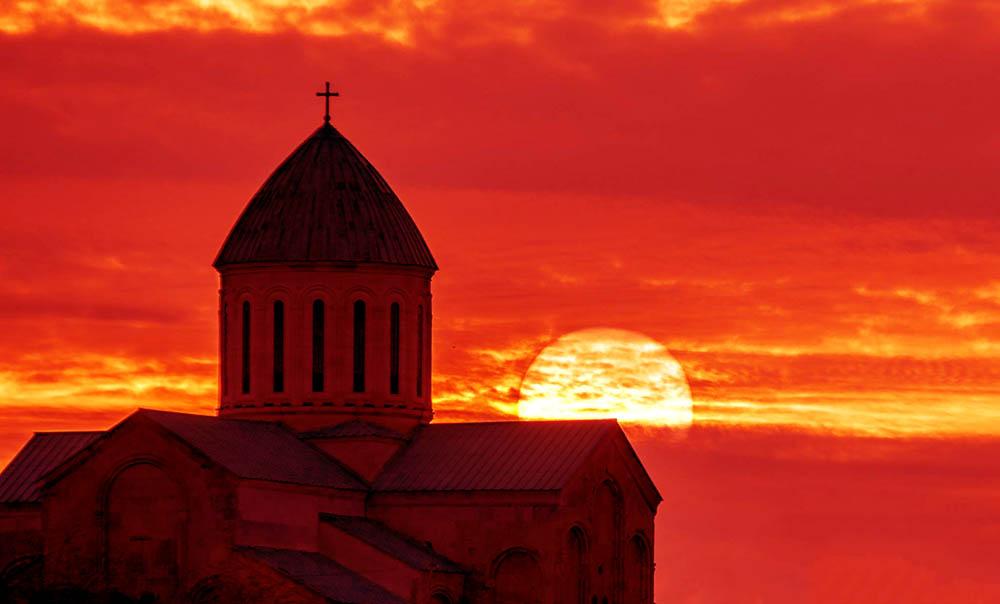 ტაძარი მზის ჩასვლის ფონზე